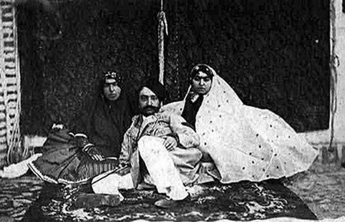 Насер ад-Дин Шах Каджар со своими любимыми жёнами.