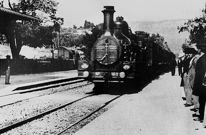 Поезд, движущийся прямо по направлению к камере, якобы напугал зрителей на первом показе.
