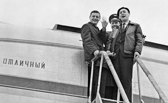Экипаж космического корабля «Союз-11» В.Н.Волков, В.И. Добровольский и В.И.Пацаев на трапе самолета перед отлетом на Байконур, 08 июня 1971 года (Фото: В. Терешкова и Л. Путятина/ТАСС)