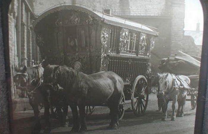 Цыганский караван. Фургоны, запряженные лошадьми.