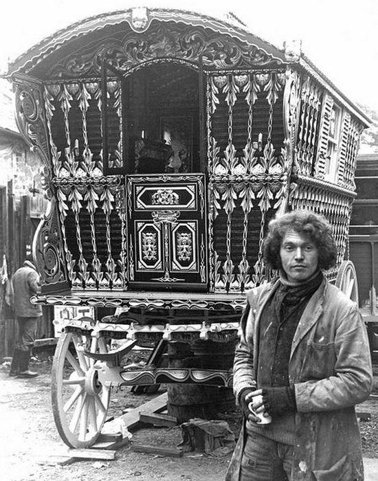 Великолепно отделанный цыганский фургон.