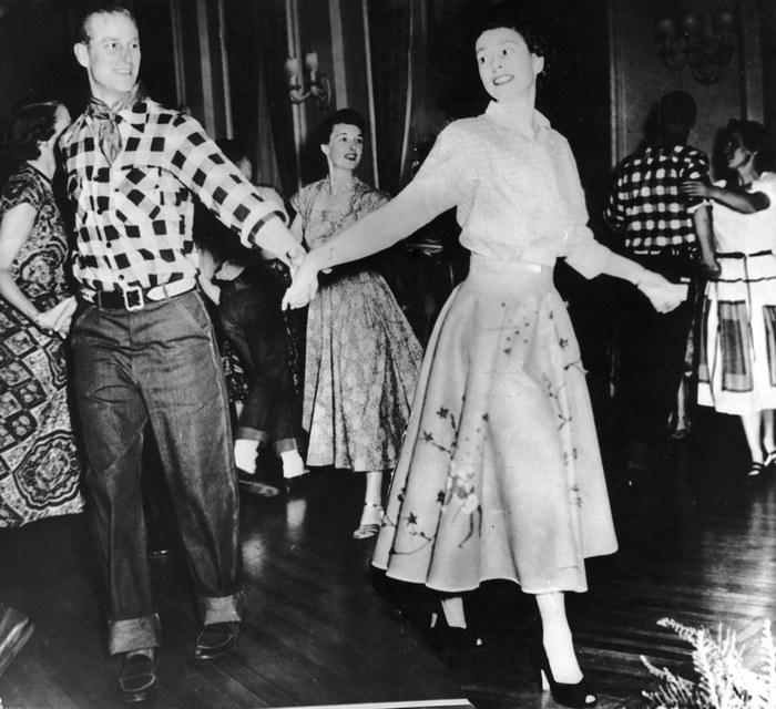 Елизавета и Филипп на танцевальной вечеринке. / Фото: airmaxgold.org