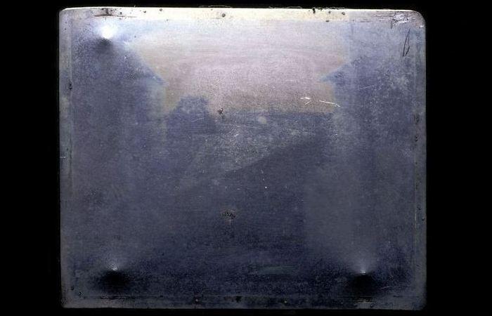 Самый ранний известный снимок «Вид из окна в Ле Гра»./ Фото: funlib.ru