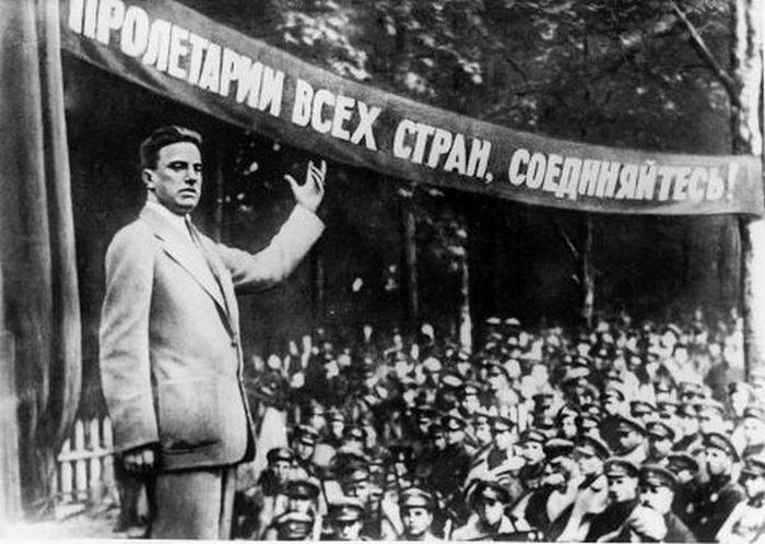 Маяковский и его знаменитая лесенка.