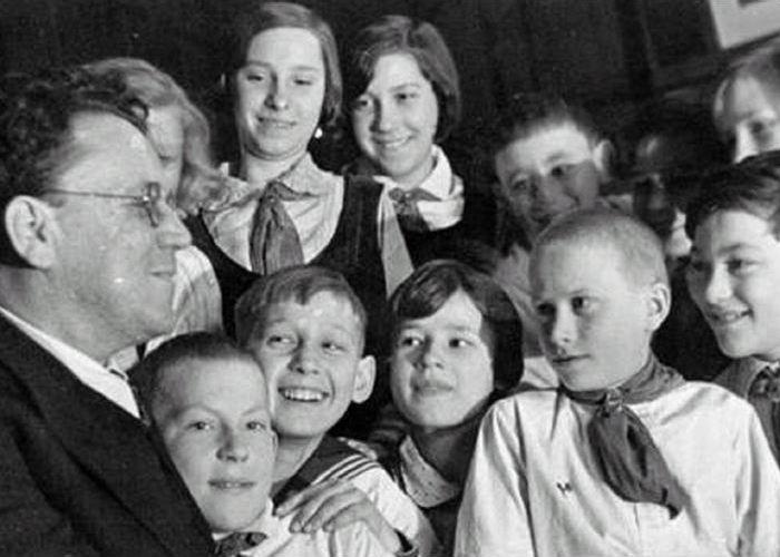 Дети обажали Самуила Яковлевича./ Фото: kopilkaurokov.ru