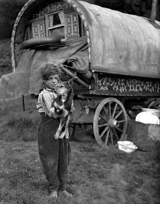 Цыганский мальчик с собакой, Англия, примерно 1920.