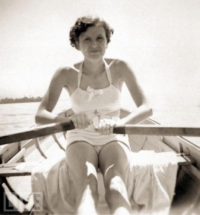 Ева Браун катается на лодке по озеру Уорси.