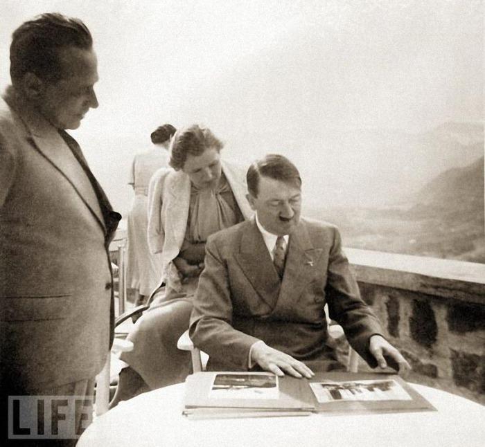 Адольф Гитлер рассматривает альбом.