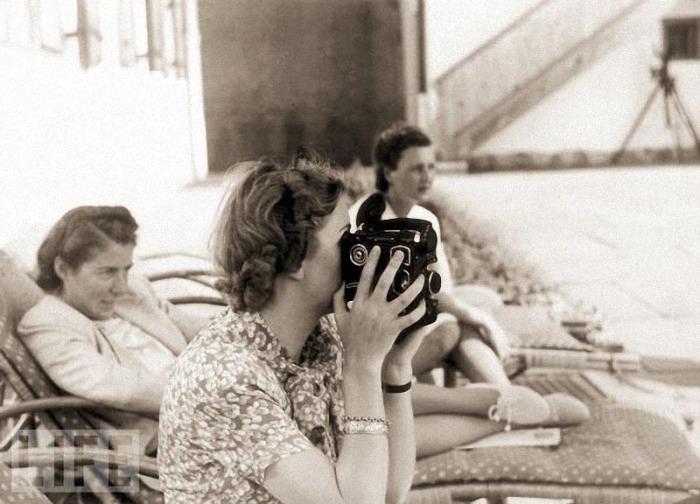Ева Браун ведет съемку 16-миллиметровой камерой.