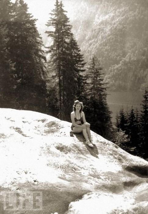 Гитлера очень раздражали многие привычки Евы Браун: курение, интенсивное использование косметики и привычка загорать без купальника.