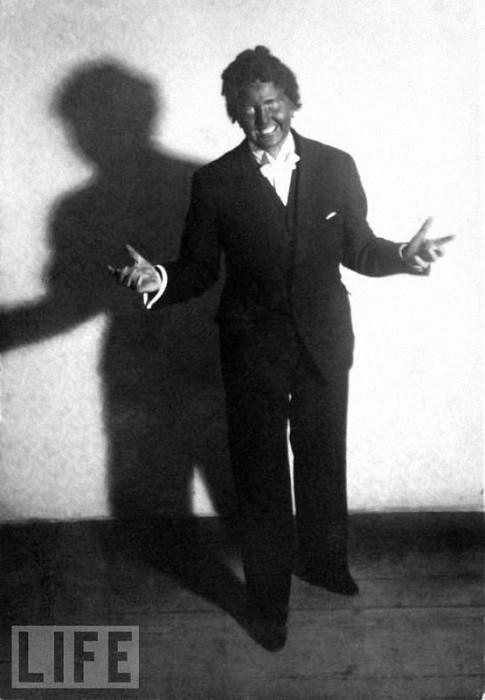 Ева Браун изображает Эла Джонсона, исполнившего главную роль в первом звуковом фильме «Певец джаза».