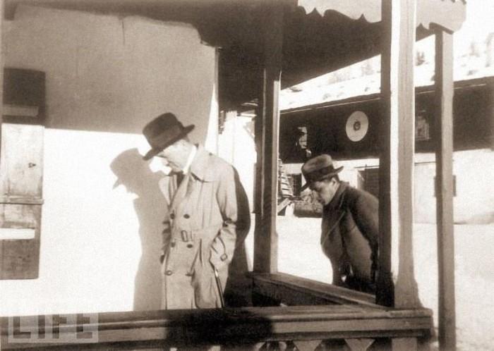 1931 год. Гитлер с охранником в своей резиденции. На обороте этой фотографии сохранилась собственноручная надпись Евы Браун: «Это первый приезд в Берхтесгаден».