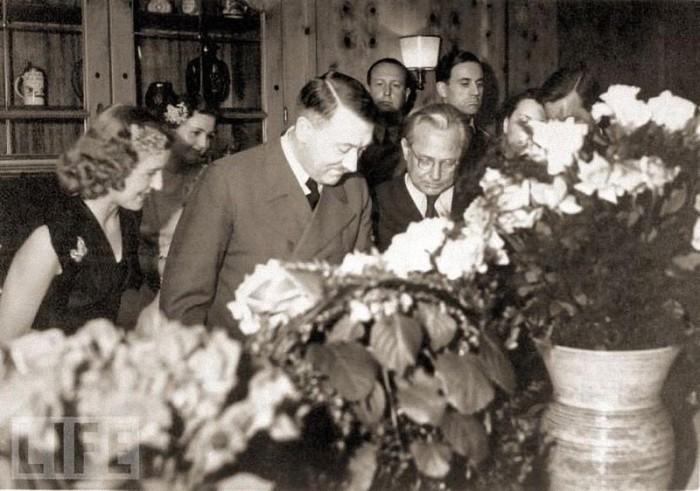Празднование 54-летия Гитлера в его альпийской резиденции.