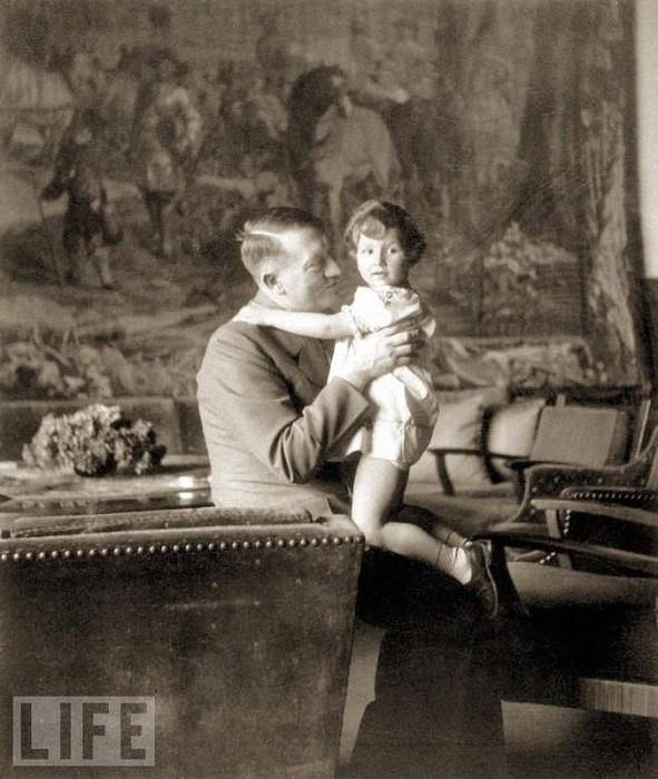 Гитлер и дочь Греты Шнайдер Урсула. 1942 год.