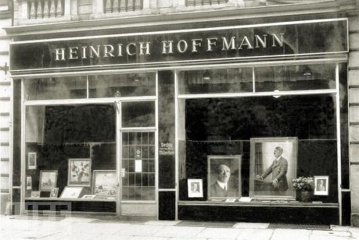 Фотомастерская Генриха Гофмана в Мюнхене, 1938 год. Именно в этой мастерской Ева Браун впервые познакомилась с Гитлером.