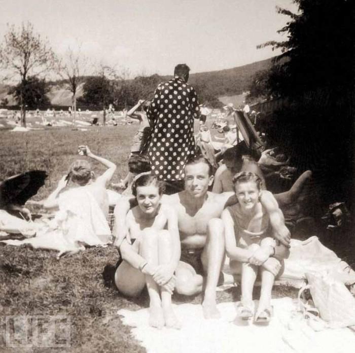 Отдых с друзьями в Годесберге (на фото Ева Браун слева), 1937 год.