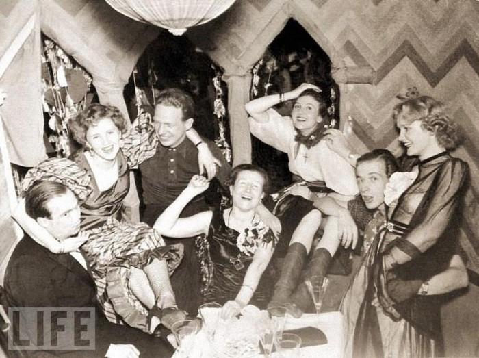 Карнавал в кругу семьи (на фото Ева Браун в глубине справа, в центре – ее мать Франциска Катарина Браун), Мюнхен, 1938 год.