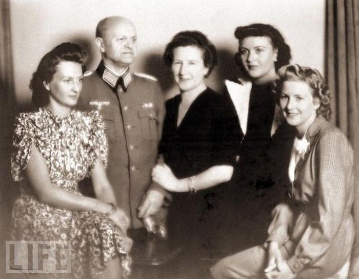 Семья Евы Браун: отец Фридрих Браун, мать Франциска Браун, Ева Браун (слева), сестры Ильза и Маргарет. 1940 год.