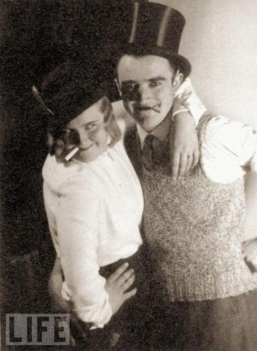 Ева Браун с одним из своих друзей во время вечеринки.