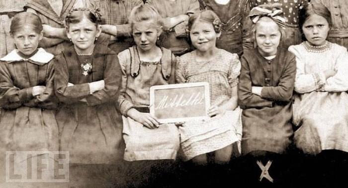 Ученицы монастырской школы Бейлингрис, 1922 год. Ева Браун на снимке вторая справа.