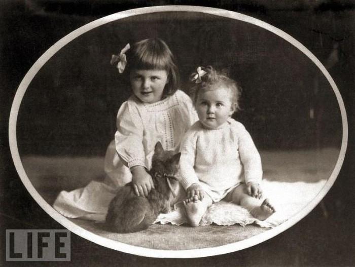 Ева Браун со своей старшей сестрой Ильзой. Ильза была старше Евы на 4 года. В 1935 году Ильза спасла Еву, когда та пыталась покончить с собой, приняв смертельную дозу снотворного. Найдя сестру без сознания, Ильза вызвала врача.