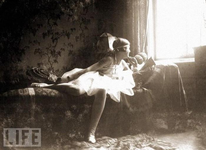 «Мой первый маскарадный костюм» - так назвала эту фотографию, сделанную в 1928 году, Ева Браун.