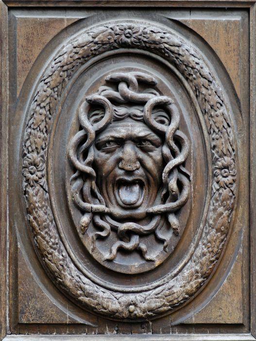 Деревянная дверная панель - защита дома от непрошеного гостя. / Фото: upload.org