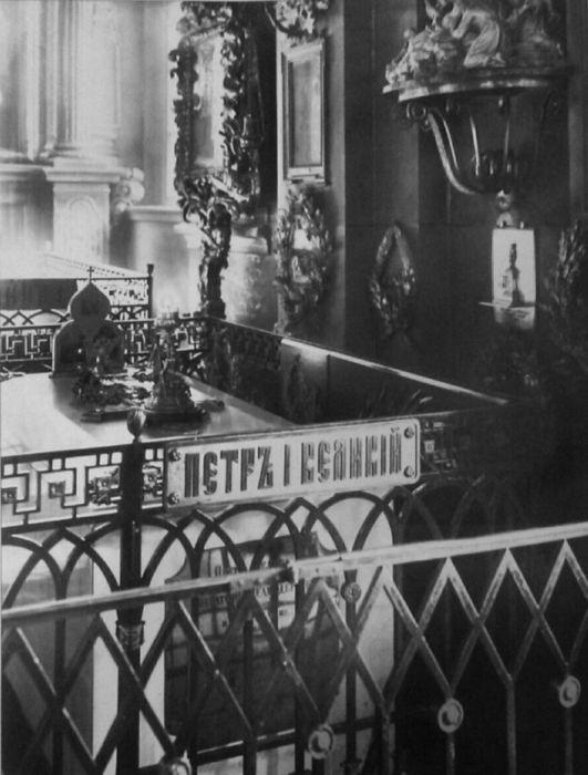 Надгробие Петра I, фотография начала XX века. Справа на стене в скромной рамке мерная икона императора.
