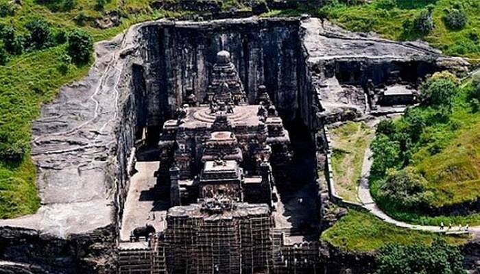 Храм, уходящий в скалы..