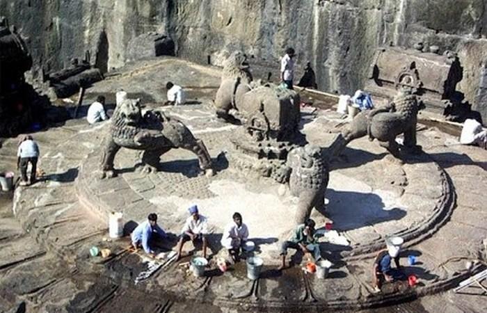 Таинственный скальный храм Кайлаш.