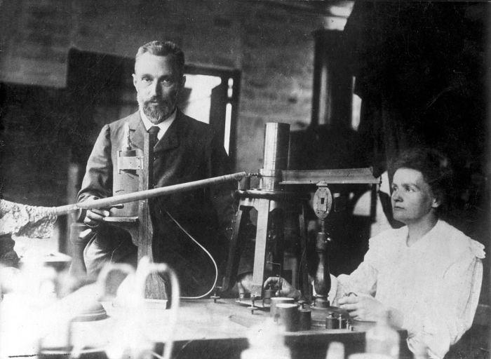 Пьер и Мария в лаборатории.