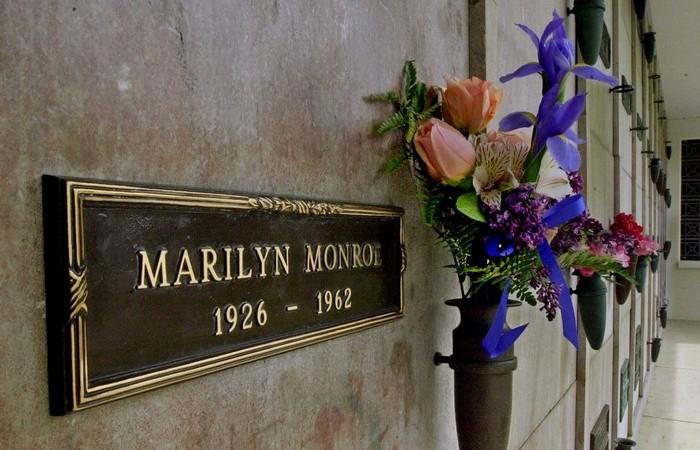 Цветы на могиле.