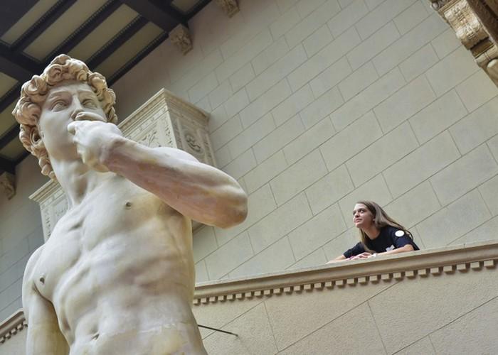 Статуя намного больше человека.
