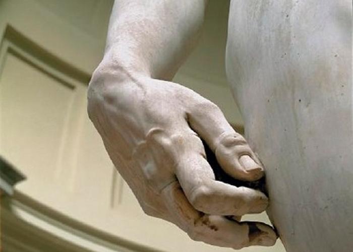 Правая рука непропорциональна телу.