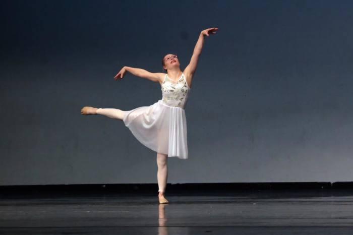Микайла Холмгрен занимается танцами с 6 лет.
