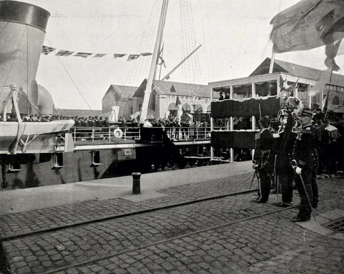 Сход императорской четы на берег.