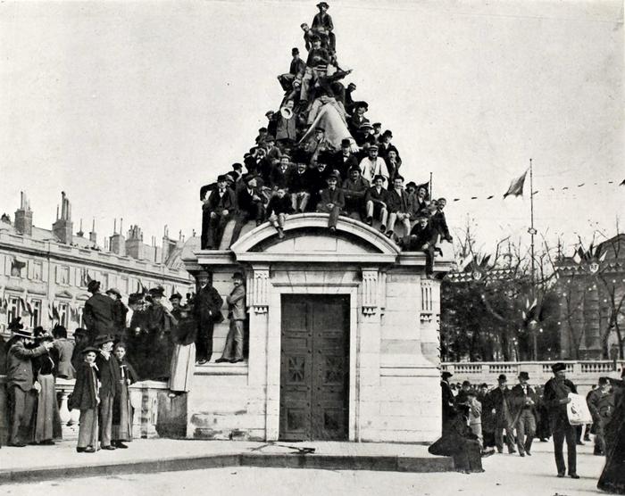 Парижане встречают императорскую чету.