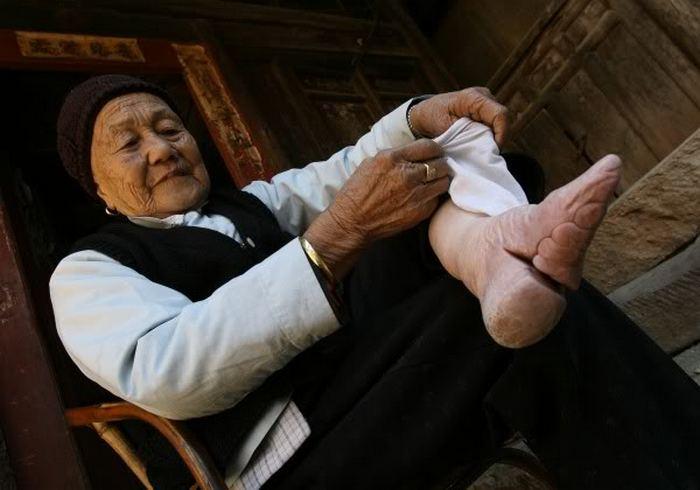 Китайянка демонстрирует ножки-лотосы.
