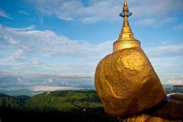 Камень, который удерживает прядь волос Будды.