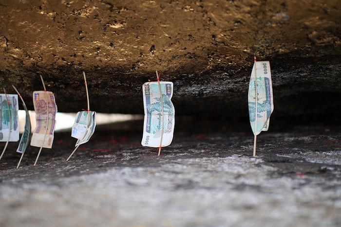 Обычай оставлять бумажные деньги на палочках.