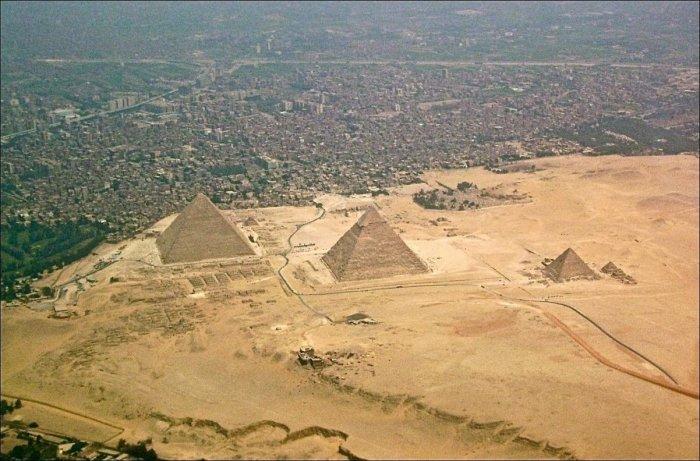 Вид на египетские пирамиды сверху.