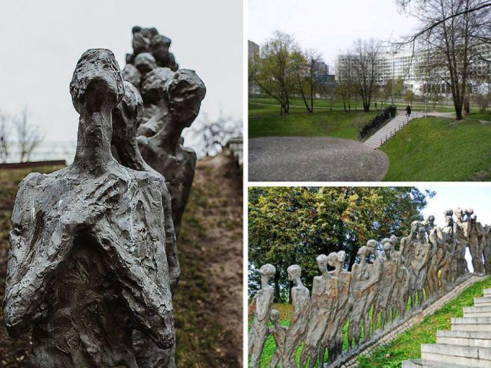 Мемориал «Яма» расположен на улице Мельникайте в Минске и посвящён жертвам Холокоста. Здесь 2 марта 1942 года нацистами было расстреляно около 5 000 узников минского гетто.