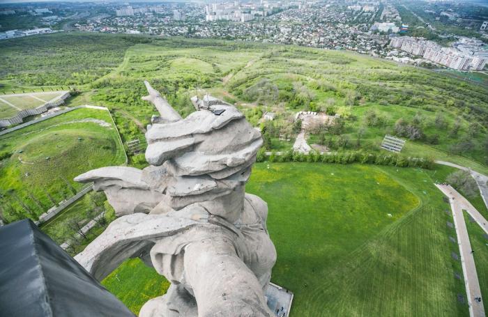 Фото, сделанное из люка на руке монумента.