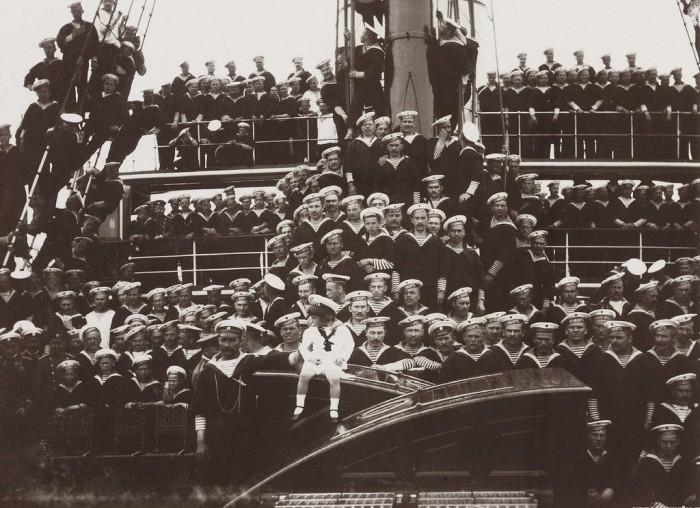 Наследник (в центре) с командой яхты «Штандарт».