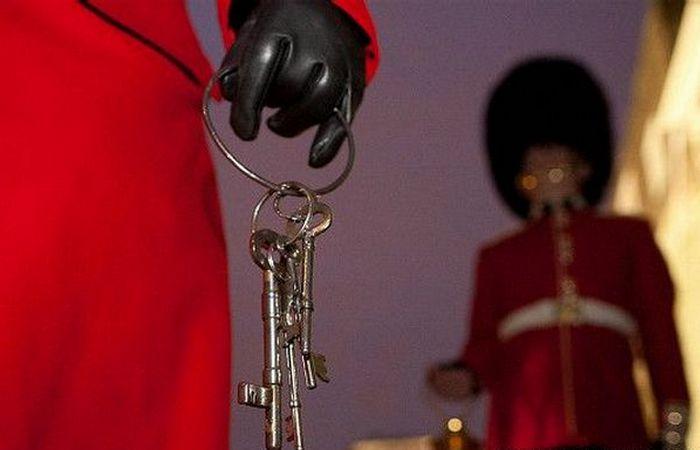 Церемония закрытия крепости на ключ.