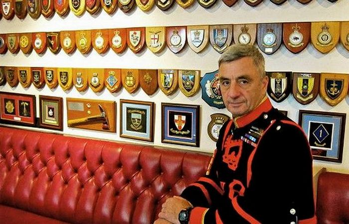 Главный стражник-йомен Алан Кингшотт в Yeoman Warders Club.