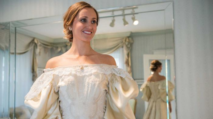 Эбигейл Кингстон в платье, которому 120 лет.