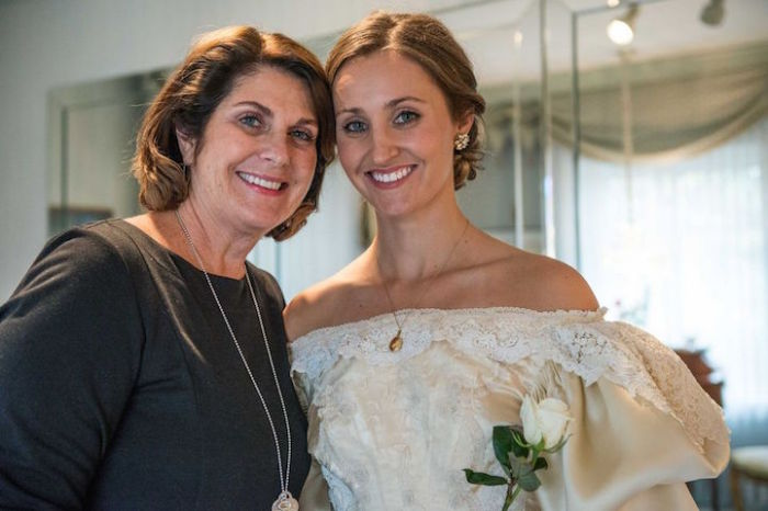 Эбигейл со своей матерью Лесли, которая надевала платье во время свадьбы в 1977 году.