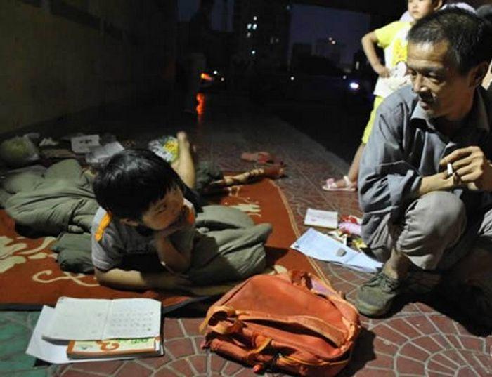 Бездомный, который усыновил ребенка, найденного в мусоре.
