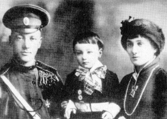 Анна Ахматова с мужем Николаем Гумилёвым и сыном. / Фото: kp.by